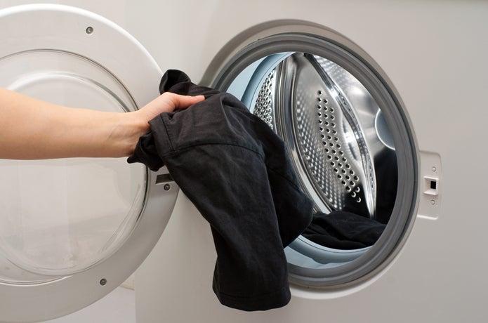洗濯機で服を洗う