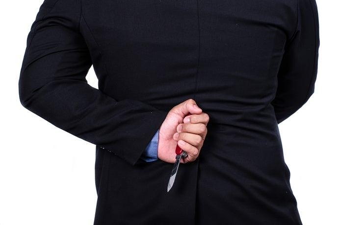 ナイフを隠し持つ人