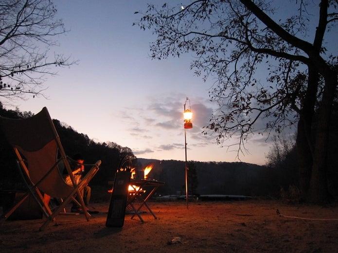 スノーピークのチェアで焚き火を囲む人々