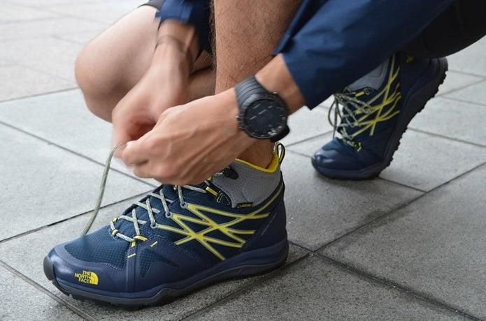 登山靴のおすすめを履いて紐を結ぶ