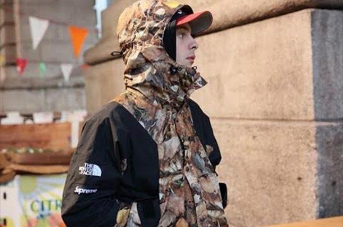 ノースフェイスとシュプリームコラボのジャケットを着た男性