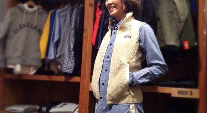パタゴニアのフリースベストを着る女性