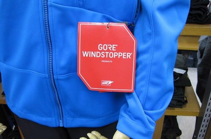 ウインドストッパーの赤いロゴがついたジャケット