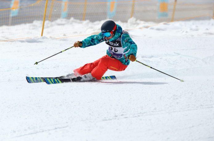 サロモンのスキーブーツでスキーする選手