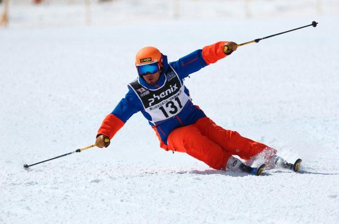 サロモンブーツでスキー競技をする男性