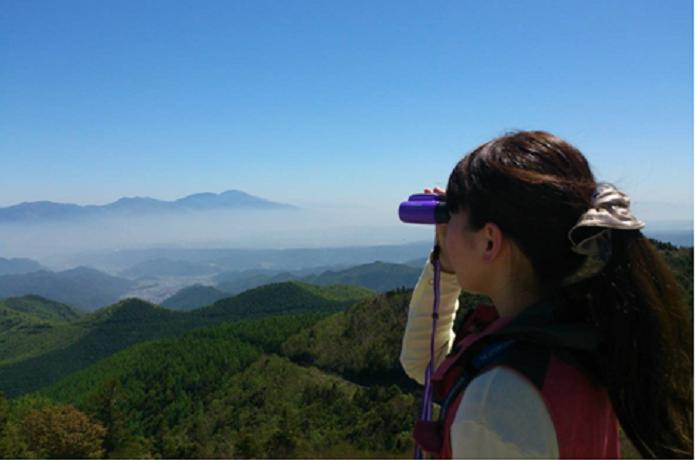 ビクセンの双眼鏡で山を眺める人
