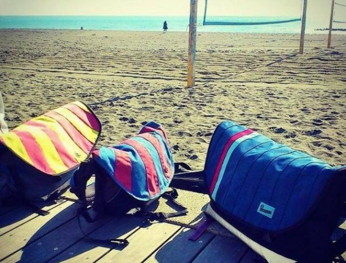 海辺に並ぶクランプラーのバッグ