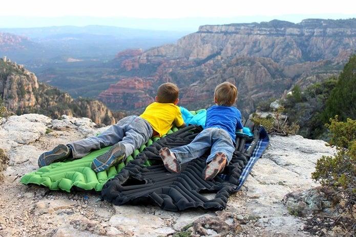 KLYMITのマットに横たわる子供2人