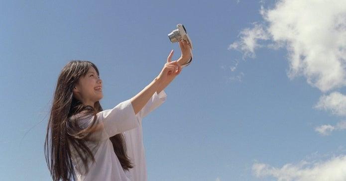 ランキング上位のミラーレス一眼で写真を撮る女性