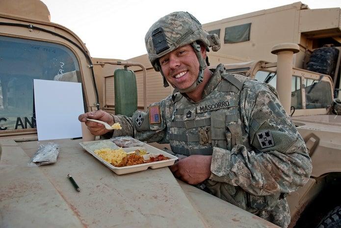 ミリメシを食べるアメリカ兵