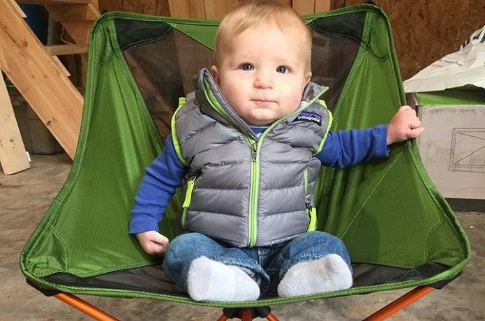 パタゴニアのダウンセーターを着る赤ちゃん