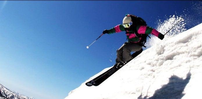 シナノのポールを使うスキーヤー