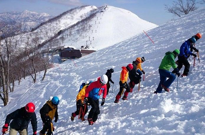 雪上を歩く人