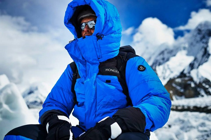 モンクレールのダウンを着た冬季登山者