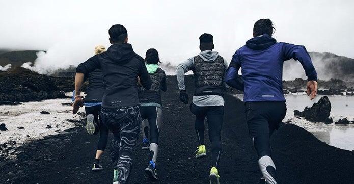 メンズのウィンドブレーカーを着て走る男性たち
