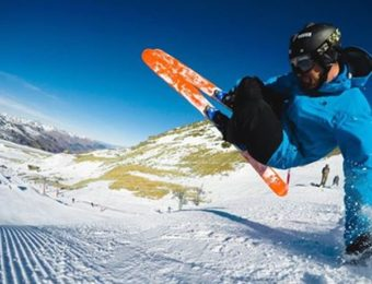 サロモンブーツでスキーのトリックをする男性