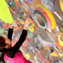 埼玉のボルダリングジムで登る女性