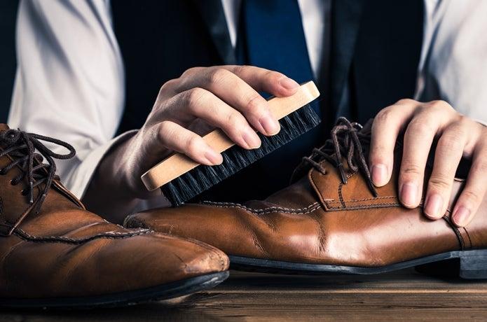 靴を磨く人