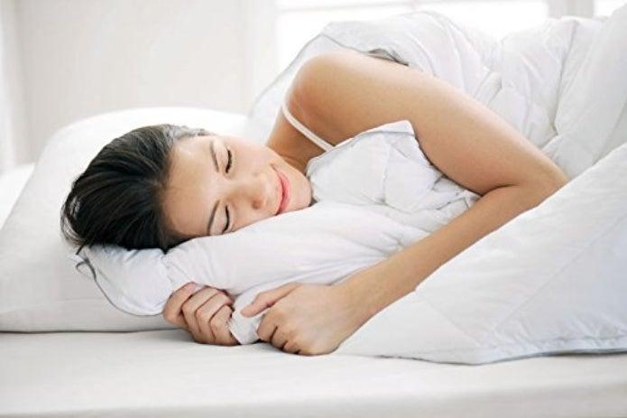 プリマロフトの布団で寝る人