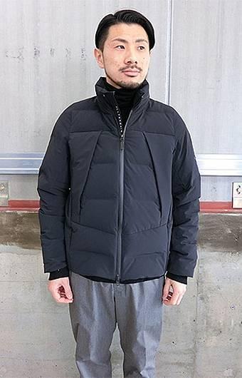 水沢ダウンのマウンテニアを着た男性
