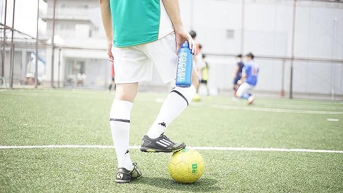 スクイズボトルをサッカー中に使用する人