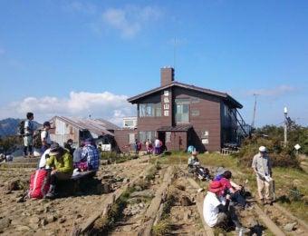 尊仏山荘と登山者
