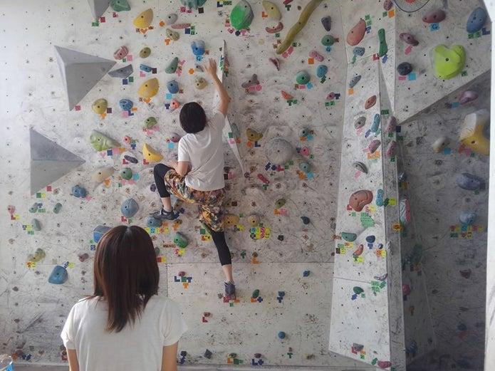 大阪のボルダリングジムで登る女性