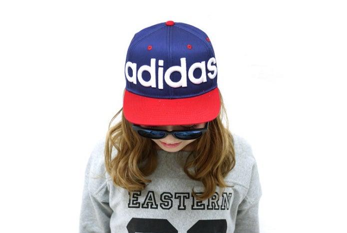 アディダスの帽子をかぶる女の子