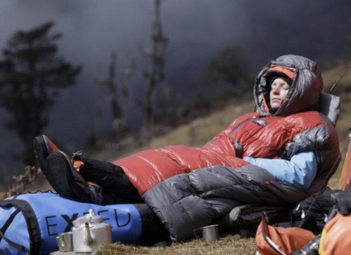 着る寝袋で寝る人