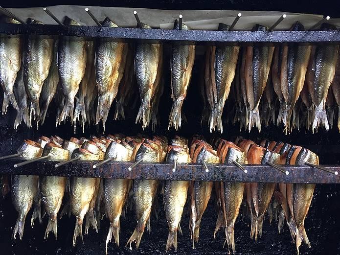 スモークチップでスモークされた魚