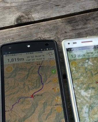 登山用GPSアプリジオグラフィカを使用する人