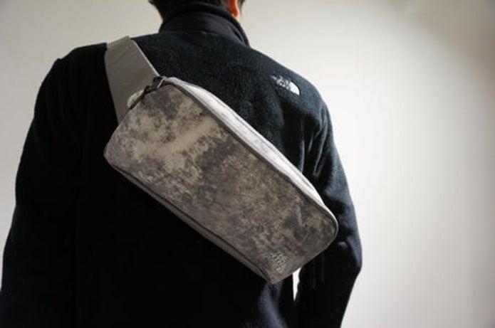 ウエストバッグを背負った男性