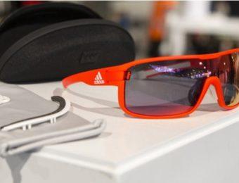 アディダスの赤いサングラス
