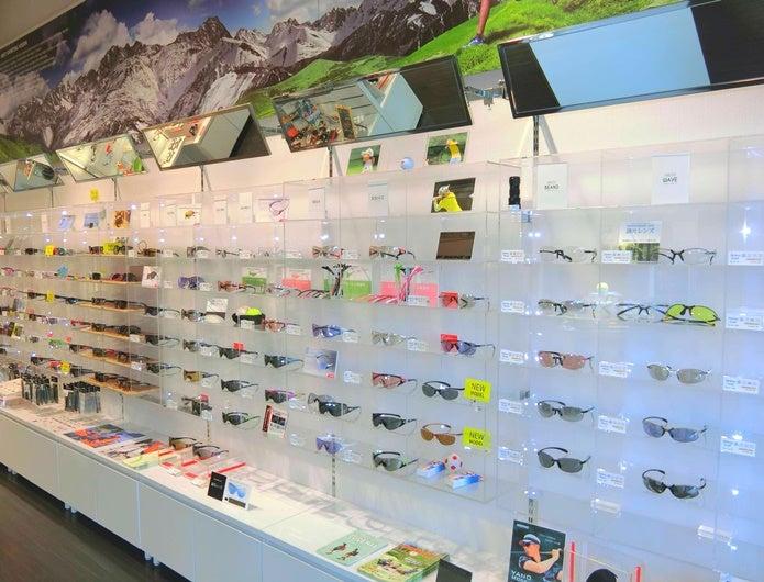 様々な種類のスワンズのサングラスが並ぶ