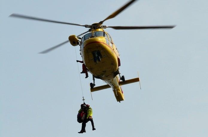 登山保険に加入していた人が助けられている場面