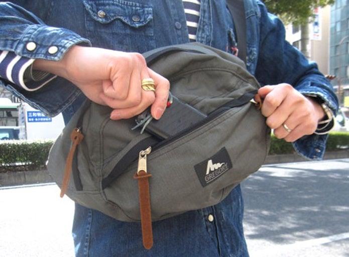グレゴリーのウエストバッグを使っている男性