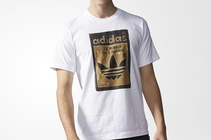 アディダスのTシャツを着た男性