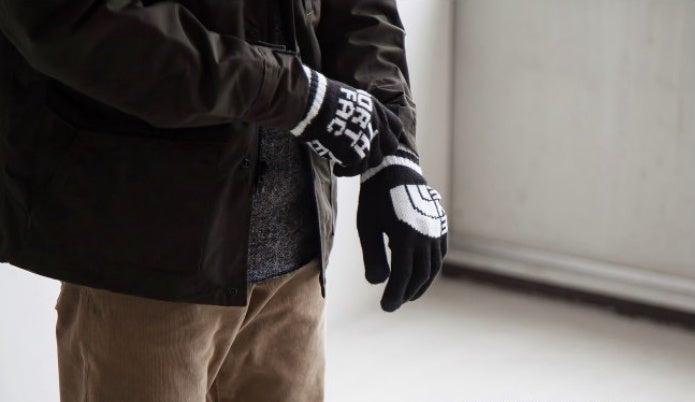 スマホ対応手袋を着ける人