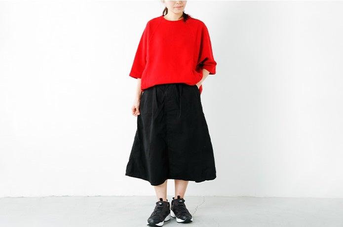 黒のインスタポンプ・フューリーを履いた女性