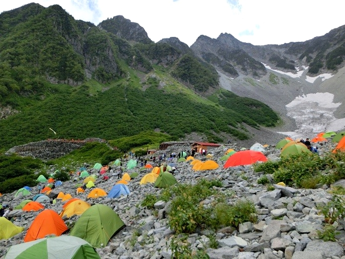 涸沢ヒュッテのテント村でテントを張っている