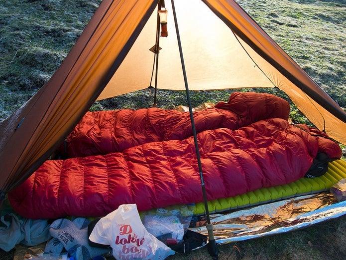 ローカスギアの製品を張り、寝る場所を確保する