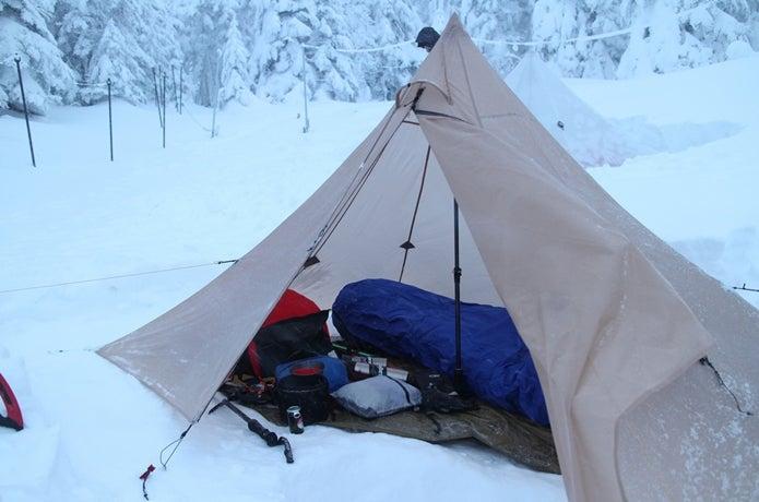 雪上に張られたローカスギアのクフ