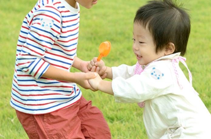 虫除けシールを貼って遊ぶ子供
