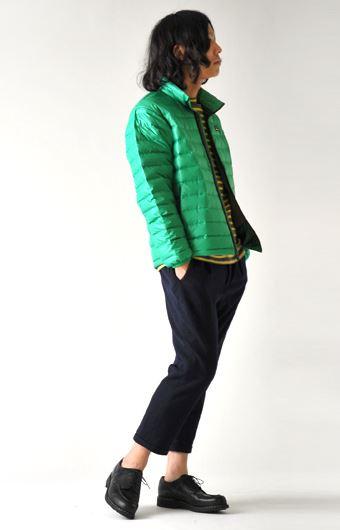 パタゴニアのダウンセーターを着る男性