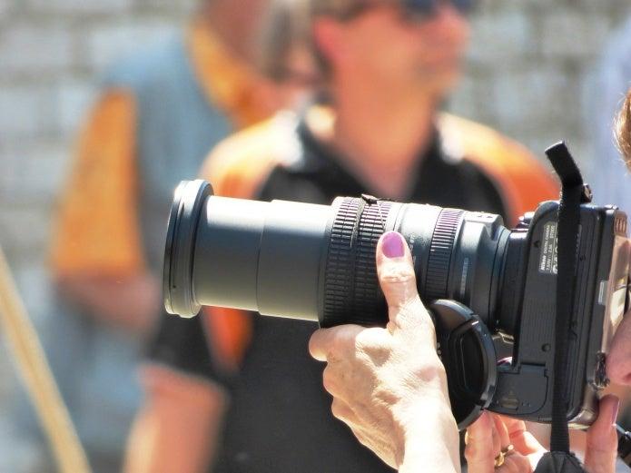 ズームレンズで写真を撮る人