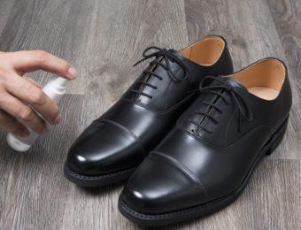 革靴に防水スプレーをかける