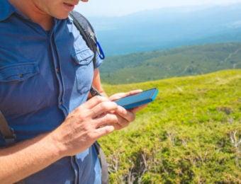 登山中GPSアプリを使用する男性