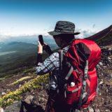 登山地図アプリを使用している女の子