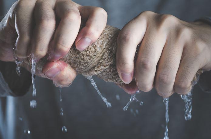 セームタオルを絞る