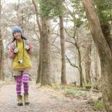 山登りの服装をして歩く女性